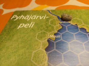 Asetetaan Pyhäjärven rannasta poimittu yhteinen pelinappula lähtöruutuun.